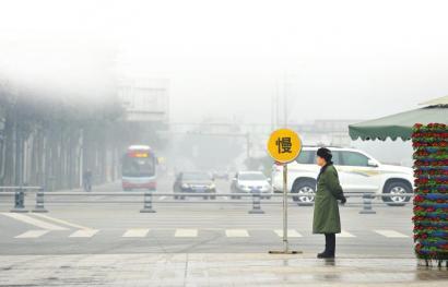 """1月14日,成都街头,一块""""慢""""的提示牌格外醒目"""