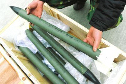 1月14日,工作人员向记者展示人工降雨将使用的炮弹
