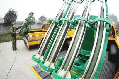 1月14日,郫县团结作业点,工作人员调试设备