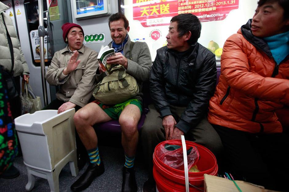 地铁 上海地铁/图为地铁内不穿裤子的外国人。