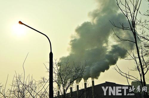 昨日,望京地区一热电厂排放的烟雾。当日,持续多日的京城雾霾天气趋