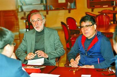 徐根宝和巴塞罗那技术顾问、梅西的第一任经纪人阿拉西奥(中)谈外援引进。 本报记者 陈华 摄