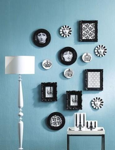 用圆形和方框相框,不同边框花纹,配合蓝色调,给空间打造一种简洁美.