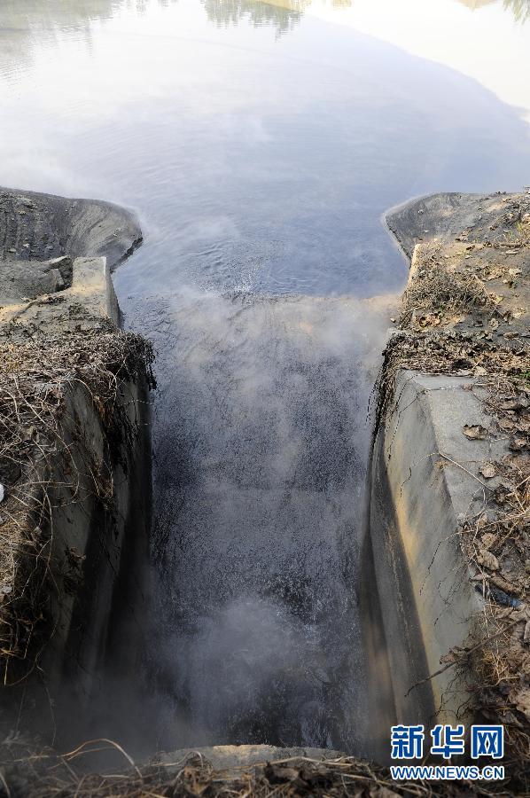 化工厂外的一个排污口正在向外排放着黑如墨汁的污水(9月23日摄)。 新华社记者 郝同前摄