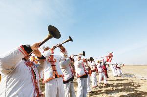 五人唢呐队,发展到了用除上述传统乐器之外的电子琴图片