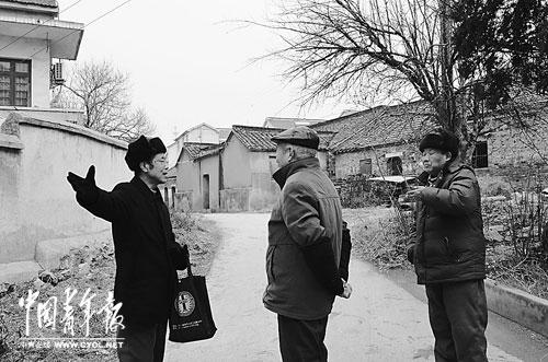 费仲兴在言家村与村民交谈