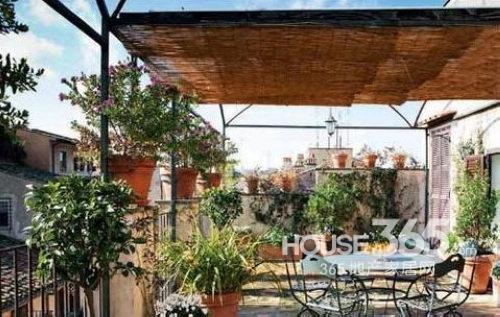 庭院设计效果图:户外庭院设计,铁艺的简单餐桌椅映衬着四周的绿意图片