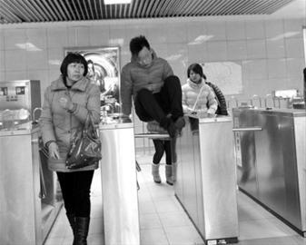 今晨地铁龙阳路站仍有不少乘客钻闸逃票