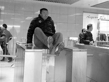 龙阳路站增巡逻,逃票客返身补票