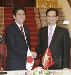 1月16日,日本首相安倍晋三在河内与越南总理阮晋勇举行会谈,图为联合记者会结束后安倍(左)与阮晋勇握手。(共同社)