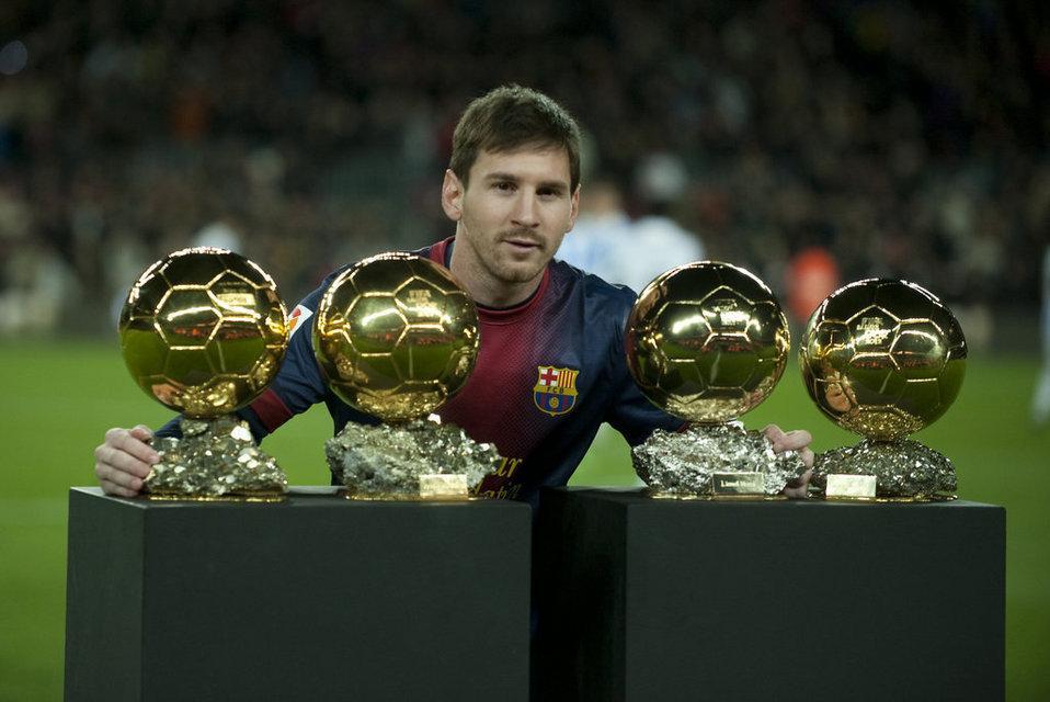 梅西_高清梅西诺坎普展示4座金球全场掌声膜拜球