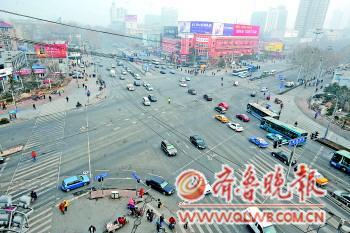 16日上午11时,与前两日同时段相比,济南街头雾霾状况明显好转。本报记者 张中 摄