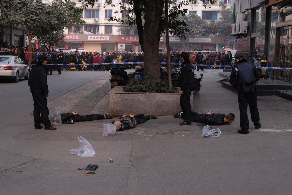 成都两伙人带枪冲突 警方街头抓人;;   两伙人持枪斗嘴 警方陌头抓人