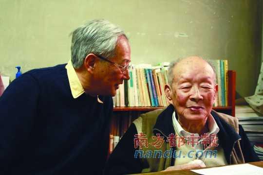 2012年1月15日,北京,周有光与儿子周晓平。C FP供图