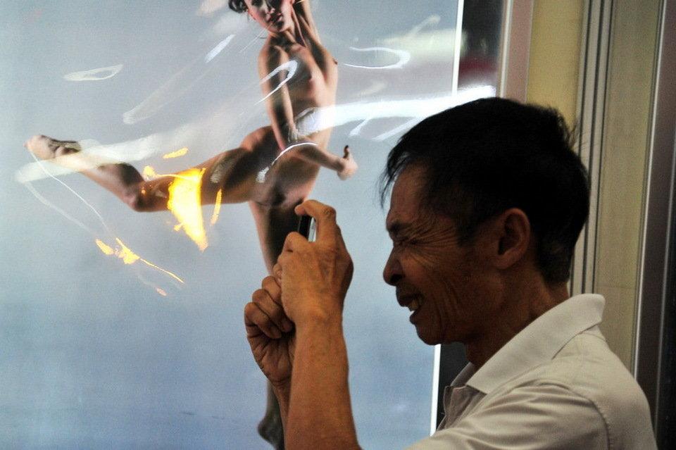直击广州性文化节现场 记者猛拍全裸女模(组图)