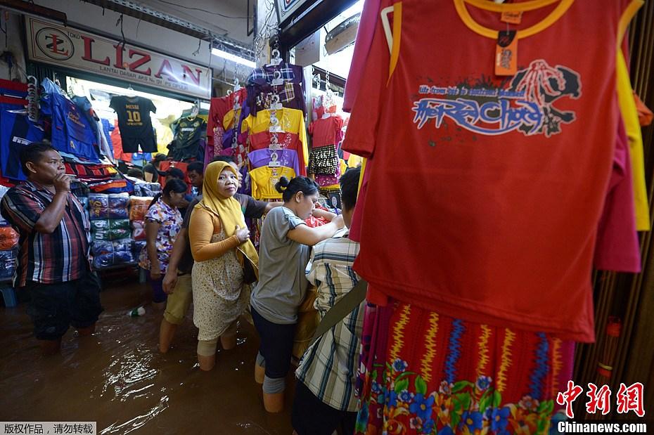 印尼首都雅加达洪水围城 近万人疏散(高清组图)