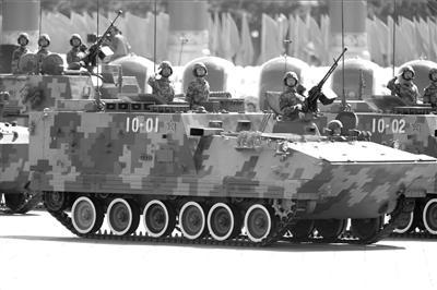 2009年10月1日,庆祝?新中国成立60 周年阅兵式上,我陆军装甲兵部队接受检阅。(资料图片)本报记者周民摄