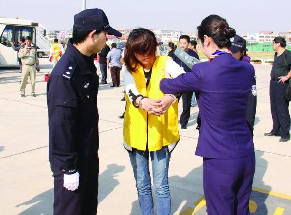 昨晚,23名犯罪嫌疑人乘专机抵达浦东机场。