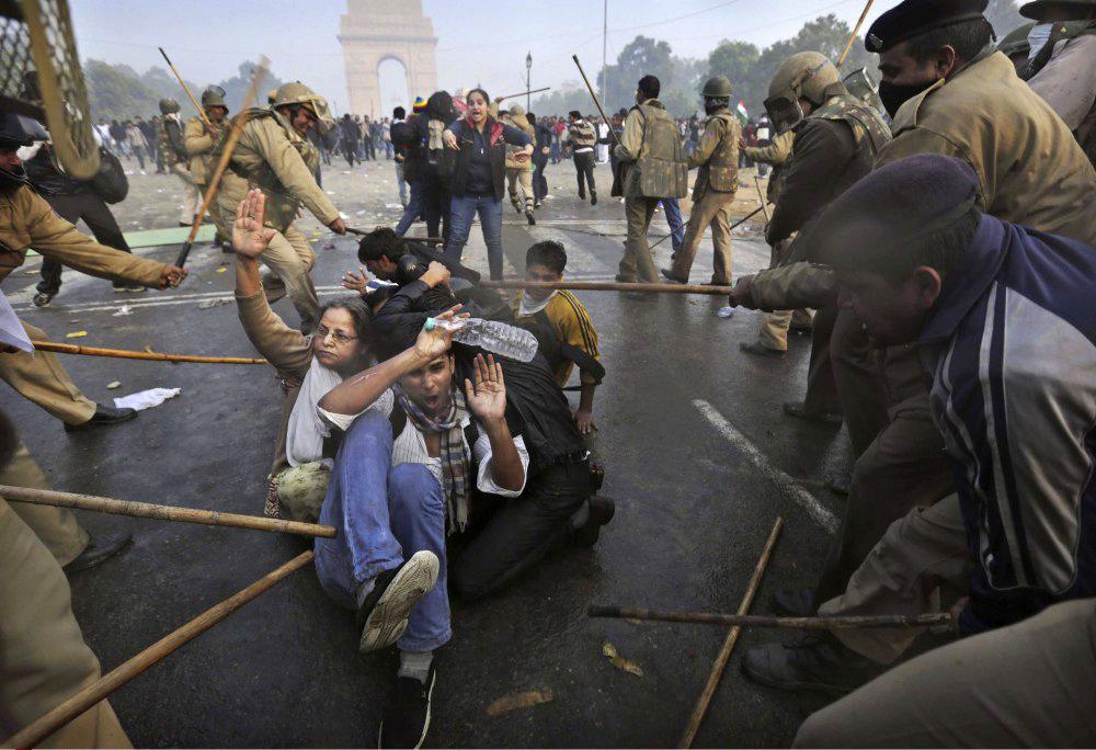 印度警方暴力驱散强奸案抗议活动[高清组图]