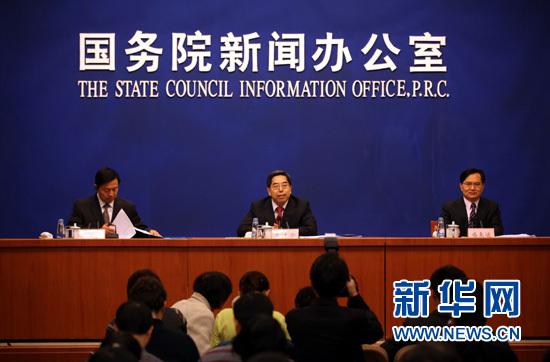 2013年1月18日 国新办举行新闻发布会介绍2012年国民经济运行情况1月18日,国家统计局局长马建堂(中)在介绍2012年国民经济运行情况。