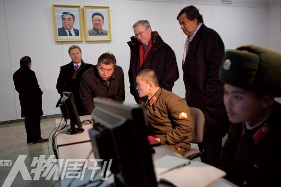 1月9日,平壤,谷歌执行董事长施密特(中)和前新墨西哥州州长理查森(右二)参观朝鲜人民大学习堂