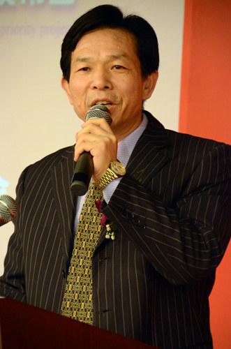 国际金融投资家结合会秘书长李言平落士发表发出产稀彩大旨演讲