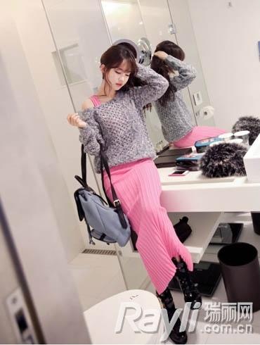 粉色针织质地连衣长裙搭配灰色镂空设计短款毛衣