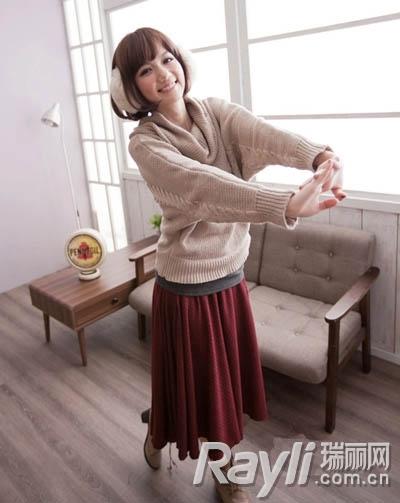 毛衣 搭配 长裙/裸色宽松大领毛衣搭配暗红色针织长裙