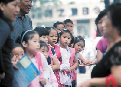 2011年9月1日,板厂小学开学第一天,一年级的小朋友正在等待新学期的开始。资料图片/新京报记者 王贵彬 摄