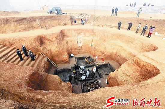 18日,在湖北随州东周墓群的考古发掘现场,工作人员对编号为m18的大型