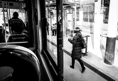 不少市民都有追赶公交车的习惯,其实这种行为存在安全隐患。
