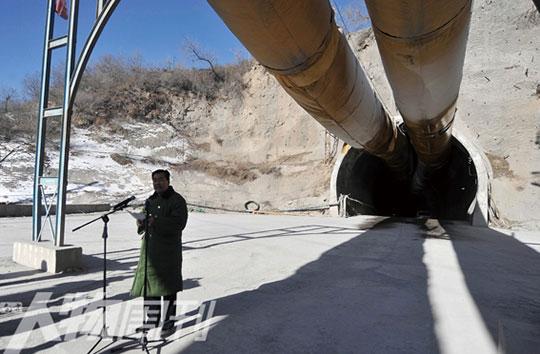 1月1日,山西中南铁路南吕梁山隧道,中铁隧道集团公司总经理张继奎向事故遇难者道歉