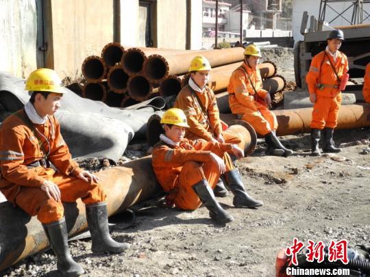 在矿井外等待下井的救援队员。 王超 摄