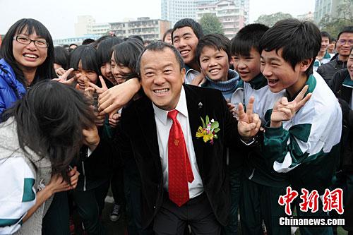 """资料图:著名艺人曾志伟来到广东省梅州受到青少年""""粉�z""""追捧。梅州亦是曾志伟的故乡。中新社记者 郑祚声 摄"""