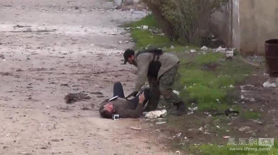 记者/图为一名叙利亚叛军上前帮助该名记者。
