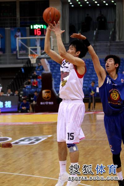 组图:青岛男篮主场战天津 麦蒂标志性后仰投篮