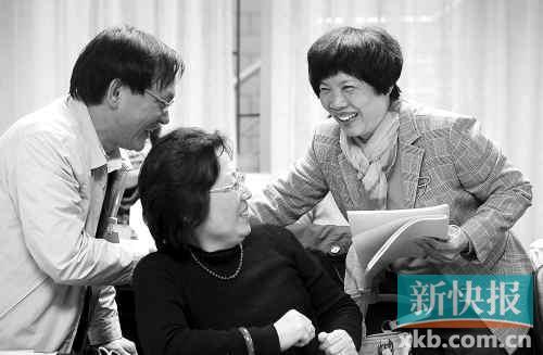广州市财政局长袁锦霞(右一)参加天河区代表团分组讨论,解读报告。新快报记者夏世焱/摄