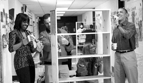 奥巴马和夫人在用油漆刷书架