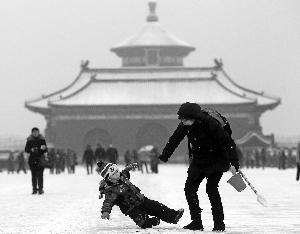 天坛公园里迎来戏雪市民。晨报记者 王颖/摄