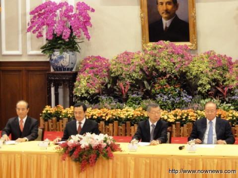 """马英九于11月21日召开记者会宣布年金给付性质相关制度的改革规划。(左起:王金平、马英九、陈冲、关中)。台湾""""今日新闻网"""""""