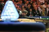 图文:斯诺克大师赛决赛 塞尔比与奖杯