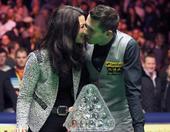 图文:斯诺克大师赛决赛 塞尔比与妻子亲吻