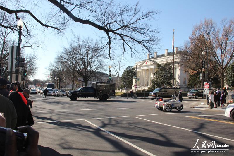 1月20日中午时分,奥巴马车队途经E大街返回白宫,准备完成法律上的小型宣誓开始第二任期。