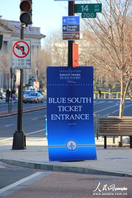 在临近白宫的纽约大道上,游行观礼划分为不同的区域,部分线路需凭票入场。