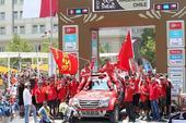 图文:达喀尔拉力赛收车仪式 索萨坐在车顶上