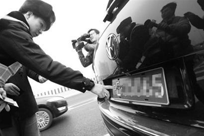 交警部门上午开展涉牌涉证整治行动 本版图片均为晚报记者 赵立荣 现场图片