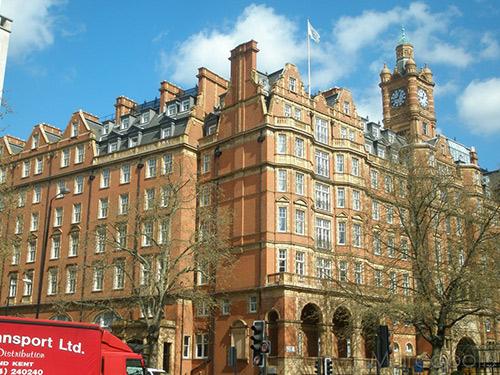 帕丁顿建筑设计采用两种风格:一是19世纪的联排别墅风格,二是带有刻痕