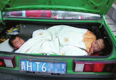 两个9 岁的孩子躺在后备箱里,幸好交警及时发现 宝天交警供图