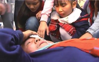 几名女童正在帮助受伤老人。视频截图