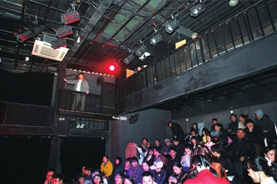 上演新剧目,小剧场内座无虚席。